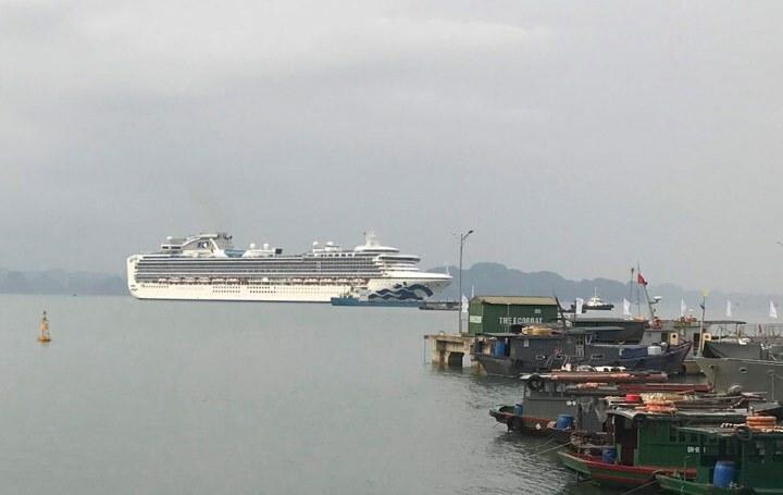 Du thuyền Diamond Princess đậu ở vịnh Hạ Long ngày 28/1. Ảnh: Kim Anh
