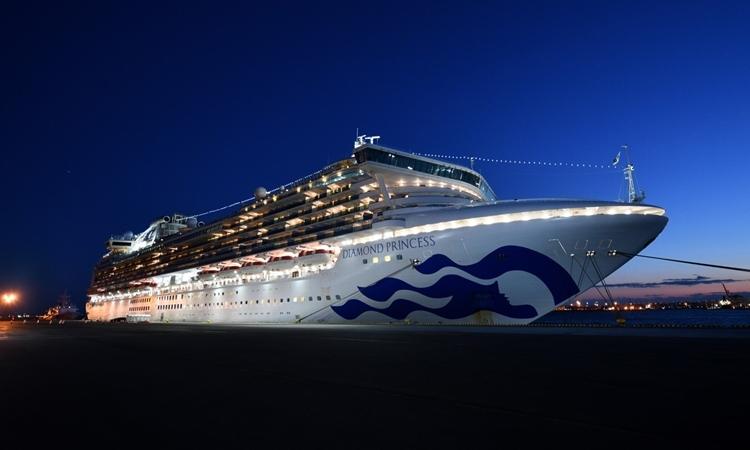 Du thuyền Diamond Princess neo đậu tại Yokohama, Nhật Bản, tối 6/2. Ảnh: AFP.