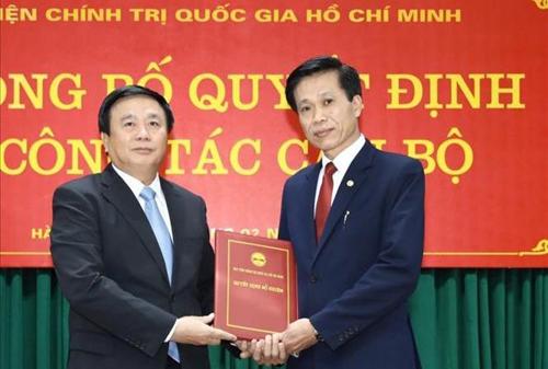 Ông Hoàng Phúc Lâm (phải) nhận quyết định bổ nhiệm làm Phó giám đốc Học viện Chính trị Quốc gia Hồ Chí Minh. Ảnh: TTX