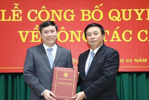 Ông Lê Văn Lợi (trái) nhận quyết định bổ nhiệm làm Phó giám đốc Học viện Chính trị Quốc gia Hồ Chí Minh. Ảnh: TTX