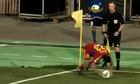 Cầu thủ vấp ngã khi đá phạt góc
