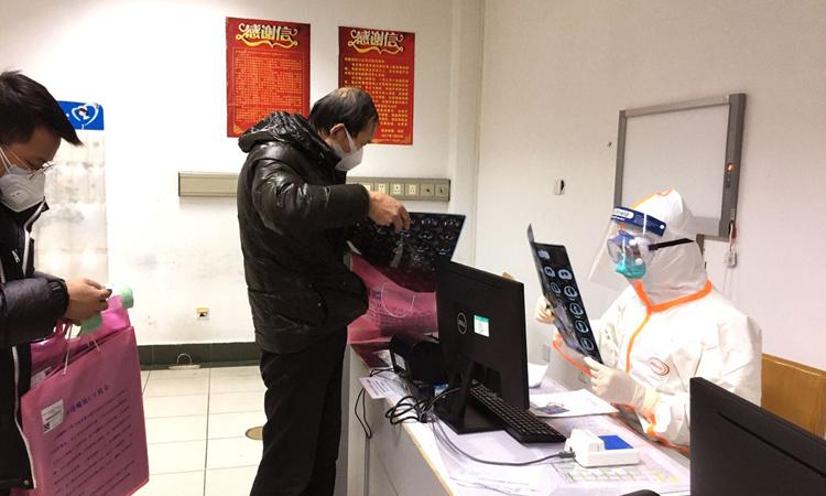 Nhân viên y tế kiểm tra phim chụp X-quang cho bệnh nhân ở Bệnh viện Tongji, Vũ Hán, tỉnh Hồ Bắc. Ảnh: WSJ.