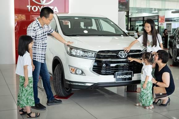 Một gia đình Việt xem xe Toyota Innova tại đại lý.