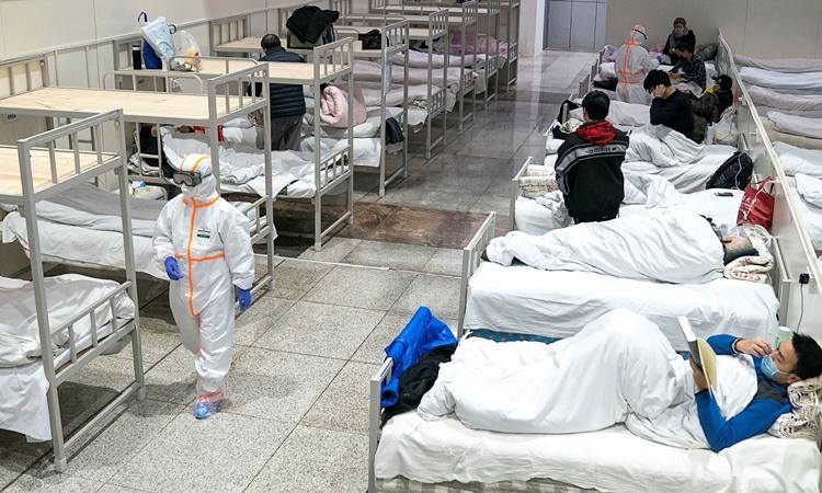 Bên trong một khu cách ly bệnh nhân mới được dựng lên ở Vũ Hán. Ảnh: Reuters.
