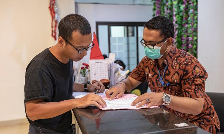 Wu Hui Huang, du khách từ Quảng Đông, Trung Quốc đăng ký gia hạn visa tại văn phòng xuất nhập cảnh ở Denpasar, Bali hôm 7/2. Ảnh: NY Times.