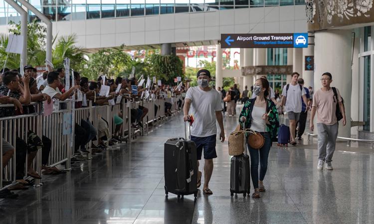 Hành khách tại sân bay quốc tế Ngurah Rai trên đảo Bali hôm 9/2. Ảnh: NY Times.