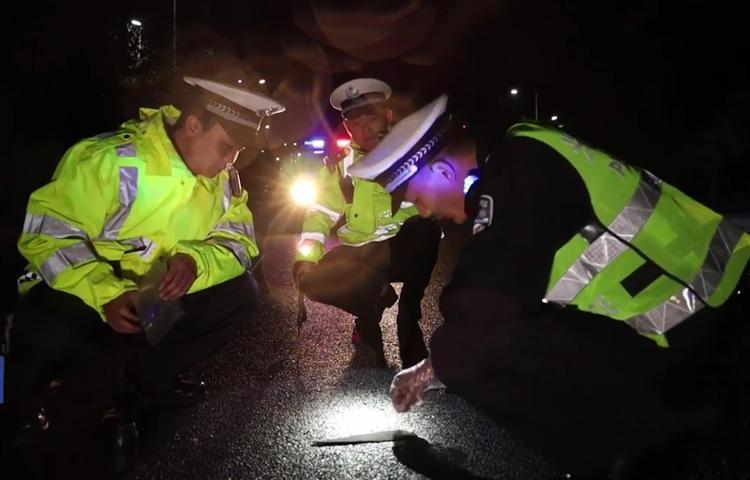 Cảnh sát tìm thấy mảnh vỡ tại hiện trường. Ảnh: CCTV.