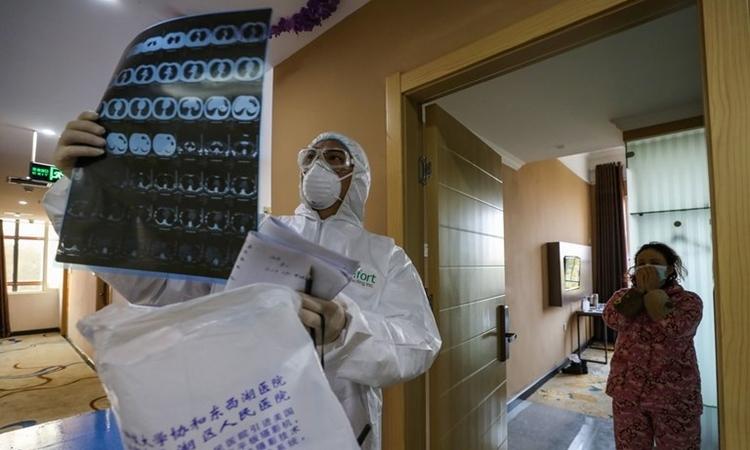 Bác sĩ kiểm tra phim chụp bệnh nhân ở Vũ Hán ngày 3/2. Ảnh: AFP.