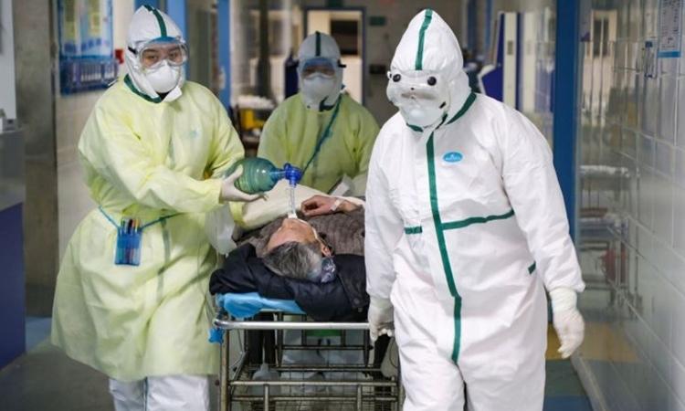 Nhân viên y tế di chuyển bệnh nhân trong bệnh viện ở Vũ Hán ngày 6/2. Ảnh: Reuters.