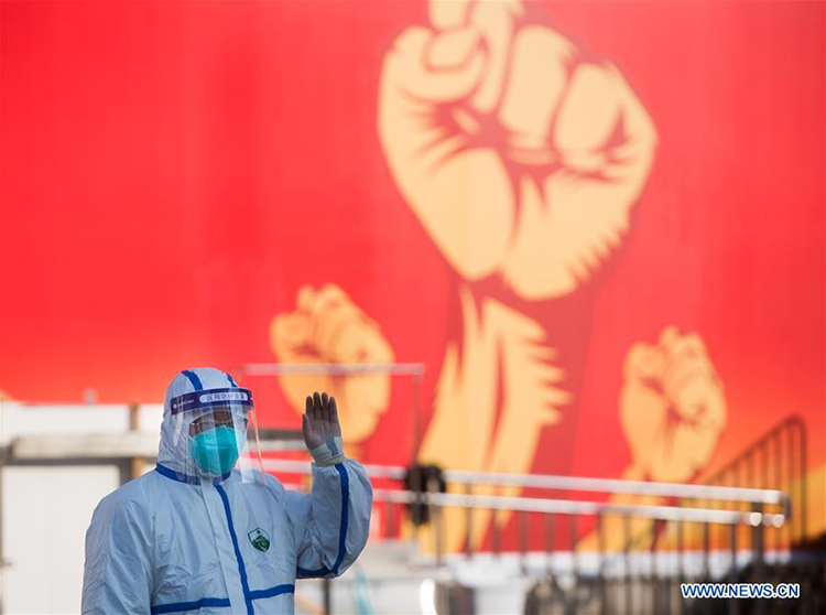 Một nhân viên y tế vẫy tay chào các bệnh nhân tại bệnh viện dã chiến ở Vũ Hán, Hồ Bắc, Trung Quốc hôm 12/2. Ảnh: Xinhua
