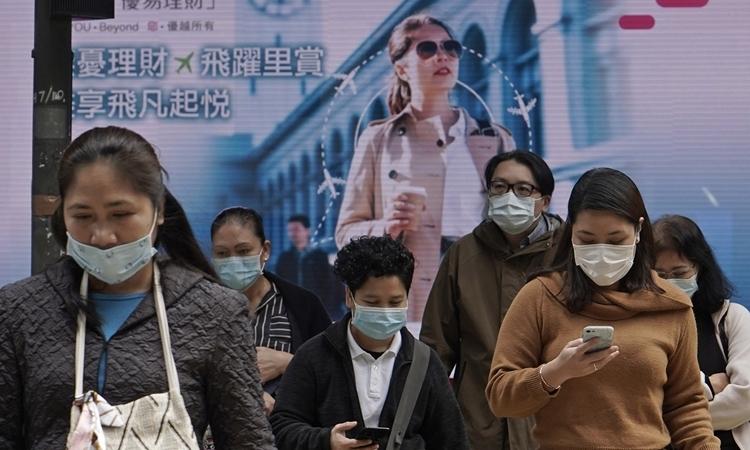 Người dân Hong Kong đeo khẩu trang trên đường phố hôm 11/2. Ảnh: AP.