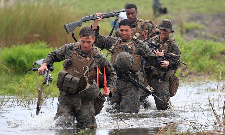 Lính Mỹ hành quân qua khu vực ngập nước trong cuộc diễn tập đổ bộ đường biển (PHIBLEX) tại San Antonio, Zambales, Philippines tháng 10/2016.