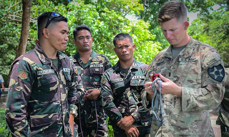 Binh sĩ Mỹ (phải) hướng dẫn lính Philippines cách thắt nút trong buổi huấn luyện tháng 5/2017 tại Pháo đài Ramon Magsaysay. Ảnh: US Army.