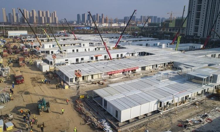 Công trường xây dựng bệnh viện dã chiến Lôi Thần Sơn ở Vũ Hán ngày 4/2. Ảnh: AP.