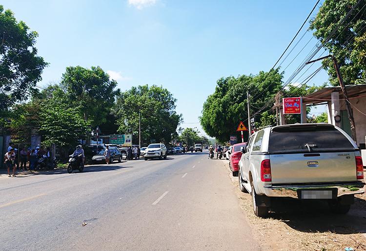 Người mua bán đất đậu ôtô thành hàng dài hai bên quốc lộ 56. Ảnh: Nguyễn Khoa.