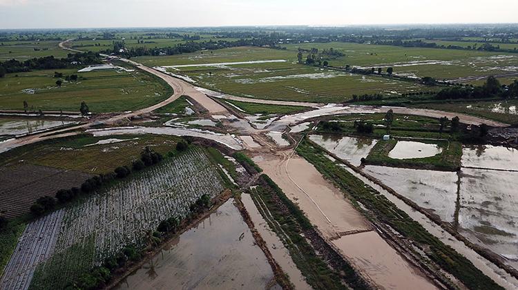 Một nút giao trên tuyến Lộ Tẻ - Rạch Sỏi tại huyện Vĩnh Thạnh, TP Cần Thơ. Ảnh: Cửu Long