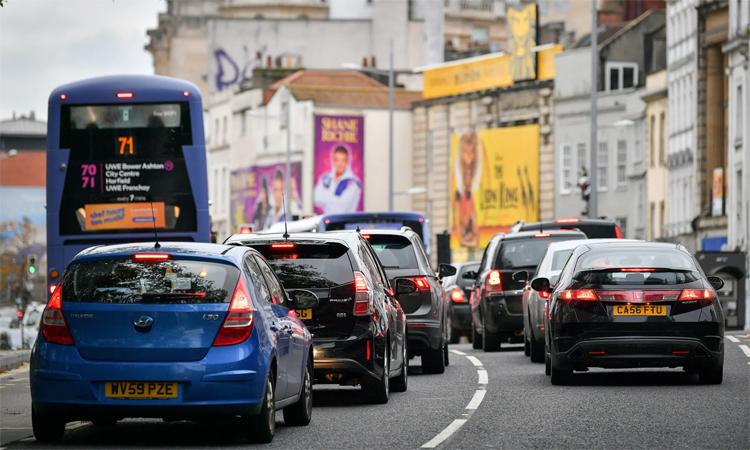 Những hàng xe nối đuôi nhau ở Bristol, Anh. Nếu lệnh cấm được thực hiện, đường phố sẽ rất thông thoáng. Nhưng hiện đề xuất của chính phủ được ví như một kỳ hạn nhưng không có kế hoạch. Ảnh: Ben Birchall/PA