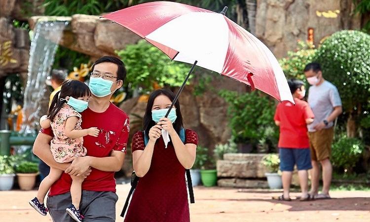 Du khách đeo khẩu trang khi tới đền Thean Hou ở Malaysia. Ảnh: Star Online.