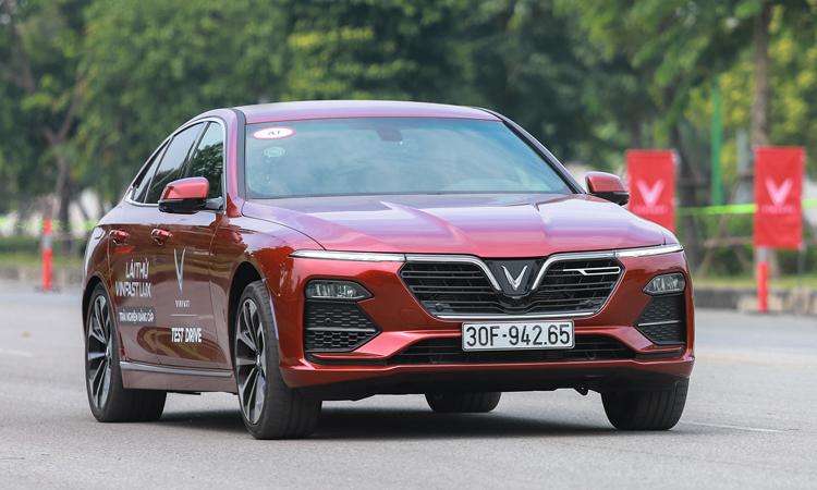 Mẫu sedan Lux A 2.0 lăn bánh tại Hà Nội. Ảnh: Lương Dũng
