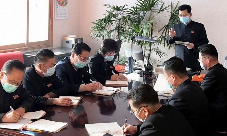 Thủ tướng Triều Tiên Kim Jae-ryong (đang đứng) tại cuộc họp về phòng chống dịch Covid-19hôm 12/2. Ảnh: KCNA.
