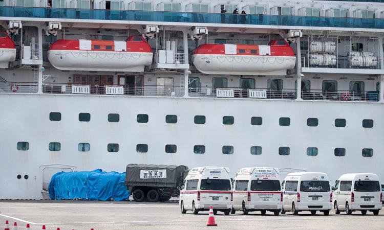 Xe cứu thương đậu gần du thuyền Diamond Princess ở cảng Yokohama của Nhật hôm 12/2. Ảnh: AFP.