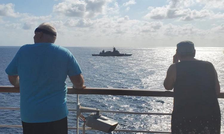 Hành khách trên tàu MS Westerdam quan sát chiếc HTMS Bhumibol Adulyadej hôm 12/2. Ảnh: Reuters.
