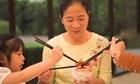 Người Việt ăn chung đĩa, gắp cho nhau là thiếu văn minh