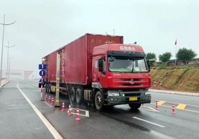 Chuyến hàng đầu tiên nhập khẩu qua cầu Bắc Luôn 2, trong ngày thông quan trở lại. Ảnh: Hữu Việt