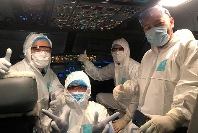 Các thành viên phi hành đoàn thực hiện chuyến bay đến Vũ Hán đón các công dân Việt Nam. Ảnh: VNA.