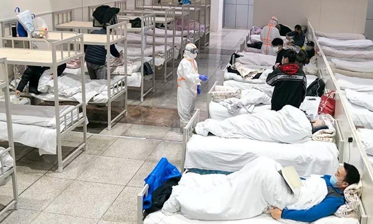 Bệnh nhân nhiễm nCoVđược điều trị tại bệnh viện dã chiến ở Vũ Hán. Ảnh: Xinhua.