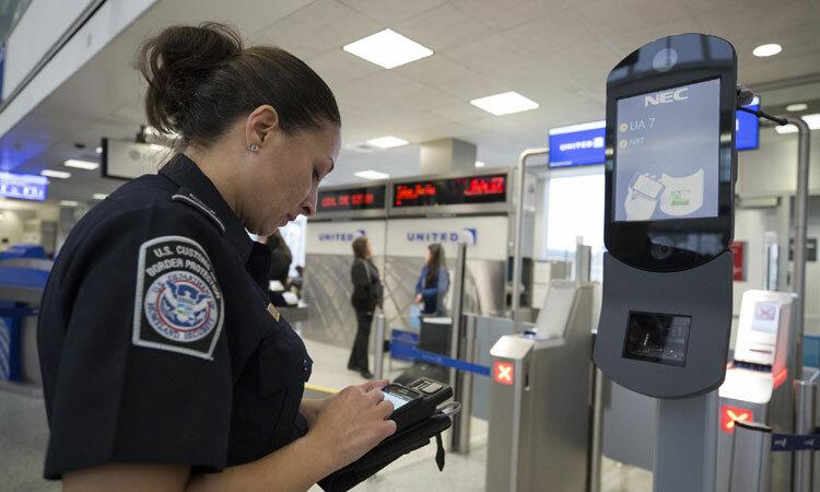 Nhân viên cơ quan Hải quan và Biên phòng tại một sân bay Mỹ. Ảnh: CBP.
