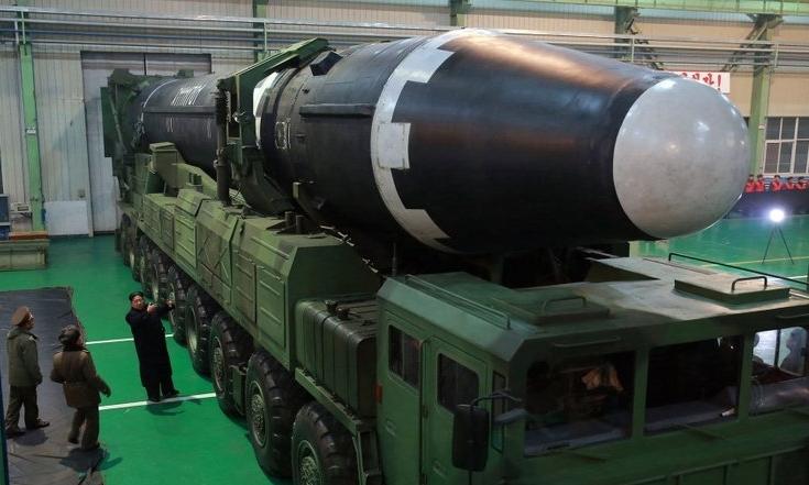 Lãnh đạo Triều Tiên Kim Jong-un (áo đen) kiểm tra ICBM tháng 11/2017. Ảnh: KCNA.