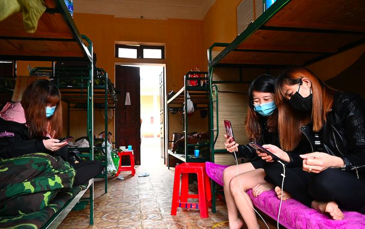 Người dân ở trong khu cách ly của quân đội tại tỉnh Lạng Sơn. Ảnh: Giang Huy