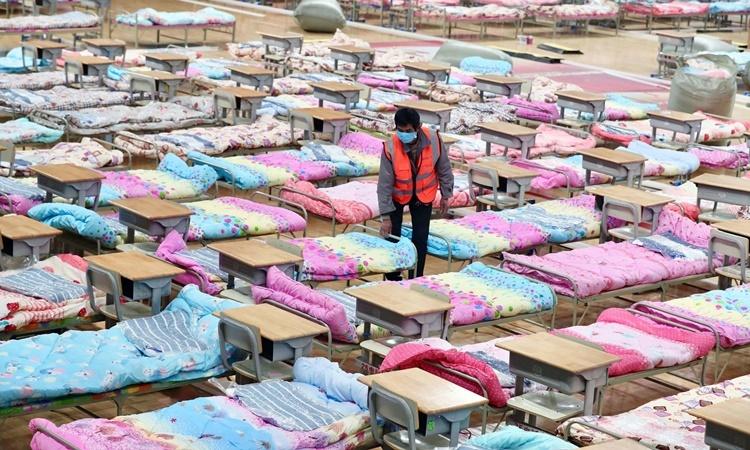 Bên trong một nhà thi đấu được chuyển đổi thành khu cách ly tạm ở Vũ Hán. Ảnh: Reuters.
