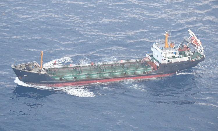 Tàu dầu Triều Tiên trên biển Hoa Đông hồi giữa năm 2019. Ảnh: Bộ Quốc phòng Nhật Bản.