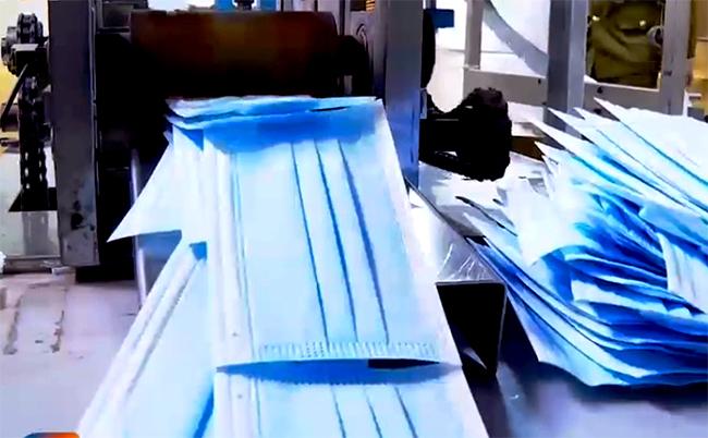 Máy sản xuất khẩu trang bằng giấy vệ sinh đang cho ra loại khẩu trang 4 lớp. Ảnh: Chiến Sơn