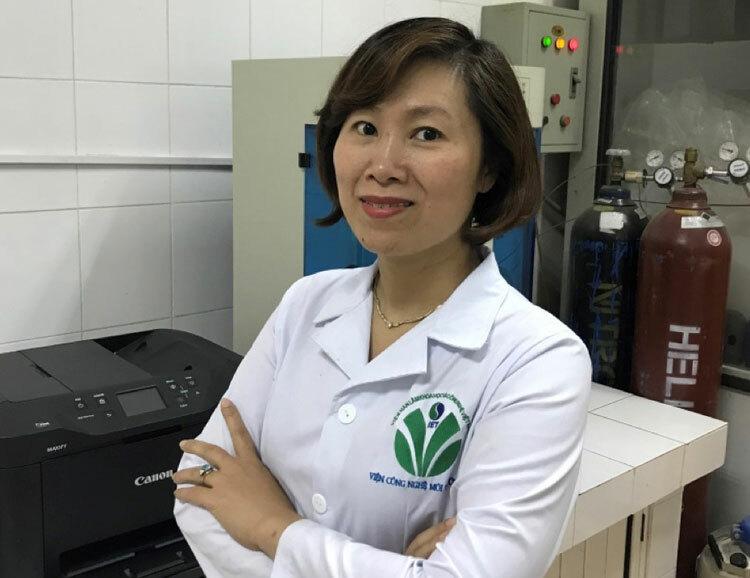 TS Trần Thị Ngọc Dung tại phòng thí nghiệm. Ảnh: NVCC.