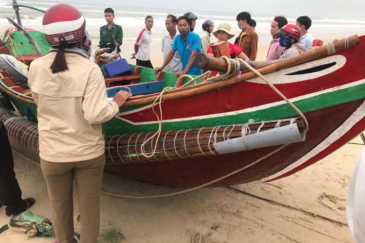 Chiếc thuyền của nạn nhân được đưa vào bờ. Ảnh: Quang Hà