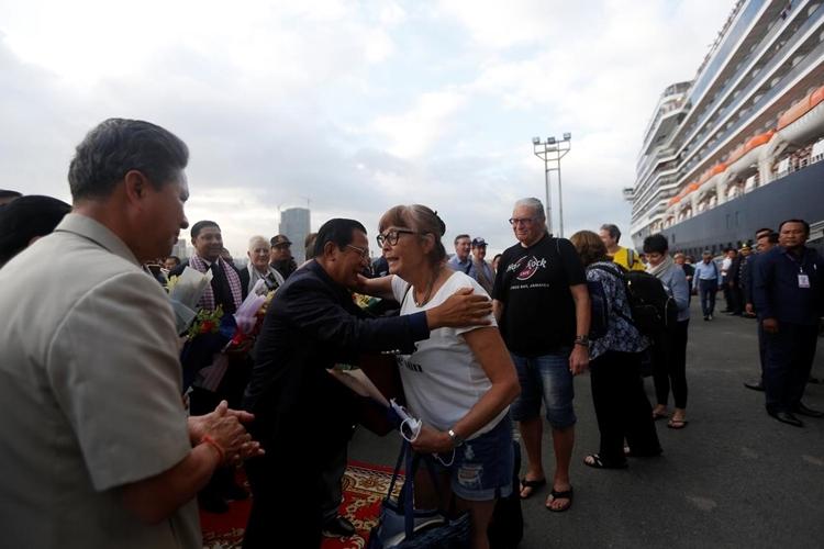 Thủ tướng Campuchia Hun Sen bắt tay, ôm hôn các hành khách trên du thuyền MS Westerdam. Ảnh: Reuters.