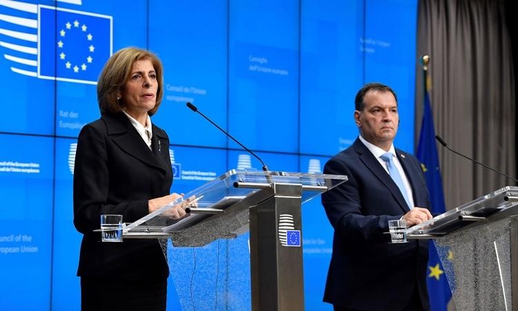 Ủy viên châu Âu về An toàn thực phẩm, Sức khỏe Stella Kyriakidou (trái) và Bộ trưởng Y tế Croatia Vili Beros tại cuộc họp báo ở Brussel, Bỉ hôm 13/2. Ảnh: AFP.