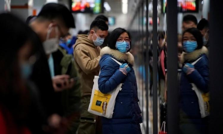 Người dân Trung Quốc đeo khẩu trang tại một ga tàu điện ngầm ở Thượng Hải hôm 23/1. Ảnh: Reuters.