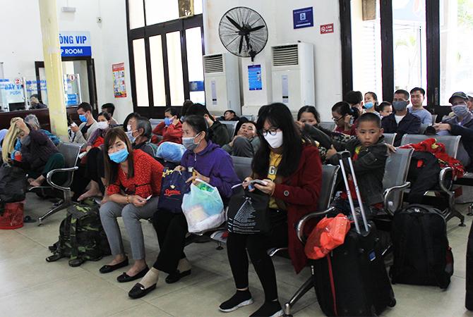 Chỉ có vài chục hành khách ngồi chờ tàu SE9 ở ga Hà Nội ngày 14/2. Ảnh: Anh Duy.