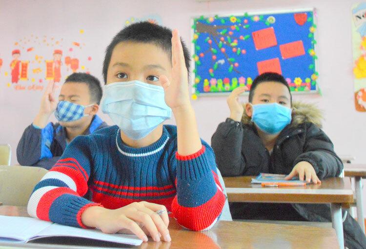 Học sinh Hà Nội đi học đeo khẩu trang ngày 30/1. Ảnh: Xuân Quang