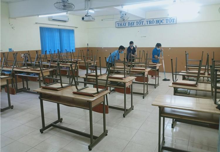 Trường THPT Nguyễn Du (quận 10) vệ sinh lớp học hằng ngày, chờ đón học sinh quay lại. Ảnh: Công Chính.