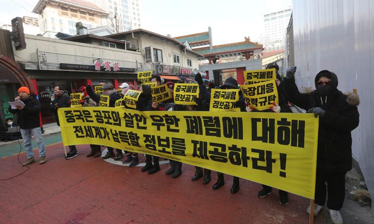 Biểu tình ở đại sứ quán Trung Quốc ở Seoul tuần trước để yêu cầu minh bạch về dịch viêm phổi. Ảnh: AP.