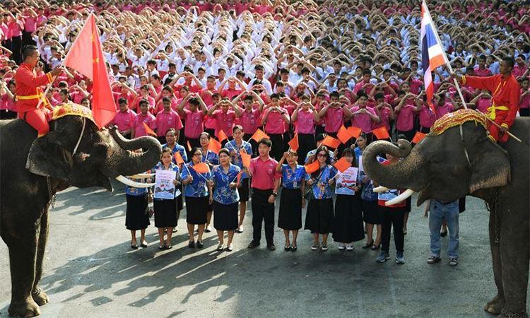 Giáo viên, học sinh và 2 chú voi tạitrườngJirasat Wittaya, tỉnh Ayuthaya, Thái Lan gửi thông điệp động viên Trung Quốcngày 14/2. Ảnh:Reuters.