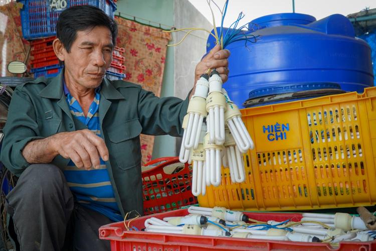 Ông Nguyễn Văn Chín, xã Hàm Hiệp, huyện Hàm Thuận Bắc cất bóng đèn vào kho, ngừng cho thanh long ra trái mùa nghịch. Ảnh: Việt Quốc.