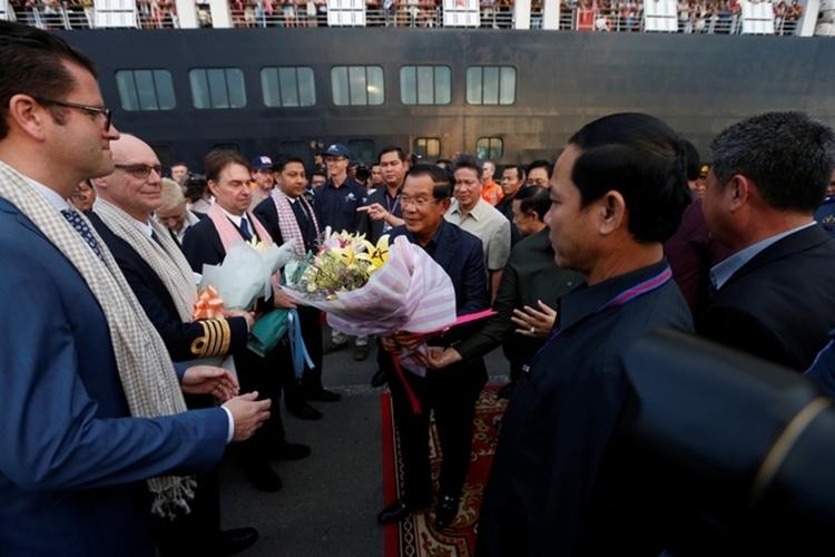 Thủ tướng Campuchia Hun Sen tặng hoa cho thủy thủ đoàn và hành khách trên du thuyền MS Westerdam hôm nay. Ảnh: Reuters.