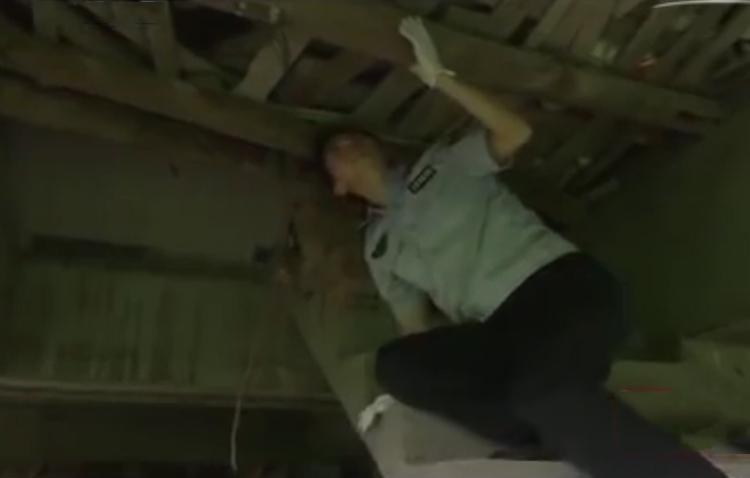 Khe hở giữa các ván gỗ đủ rộng để người gầy gò chui qua. Ảnh: CCTV.