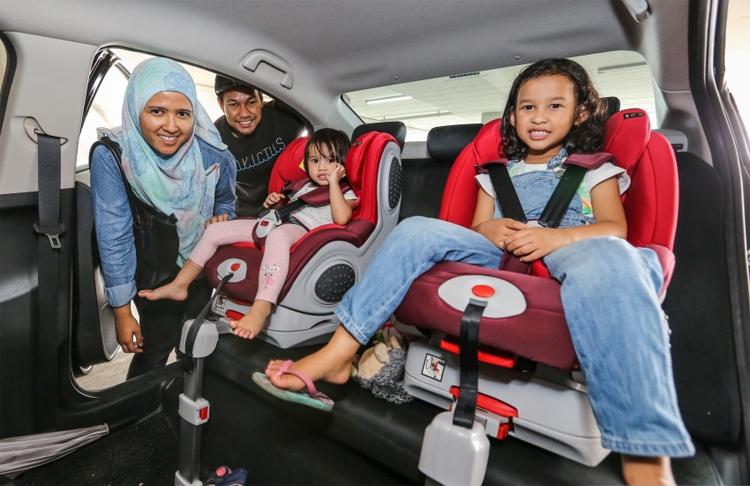 Một gia đình ở Malaysia sử dụng ghế trẻ em cho cả hai con nhỏ. Ảnh: Paultan